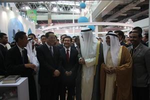国家政治局常委俞正声与前任科威特工商大臣、全国政协副主席王正伟等参观中阿博览会科威特馆