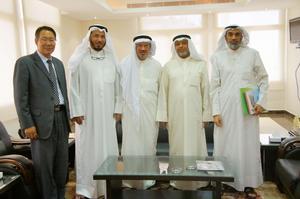 科威特国会议员戴尔哲•哈里发•社穆勒先生的陪同下会见科威特国际伊斯兰慈善机构主席阿卜杜拉•马图格•艾里马图格阁下、总经理苏莱曼•社姆苏•蒂尼、亚洲穆斯林委员会主席阿卜杜拉哈曼•易卜拉欣•阿瓦兹。
